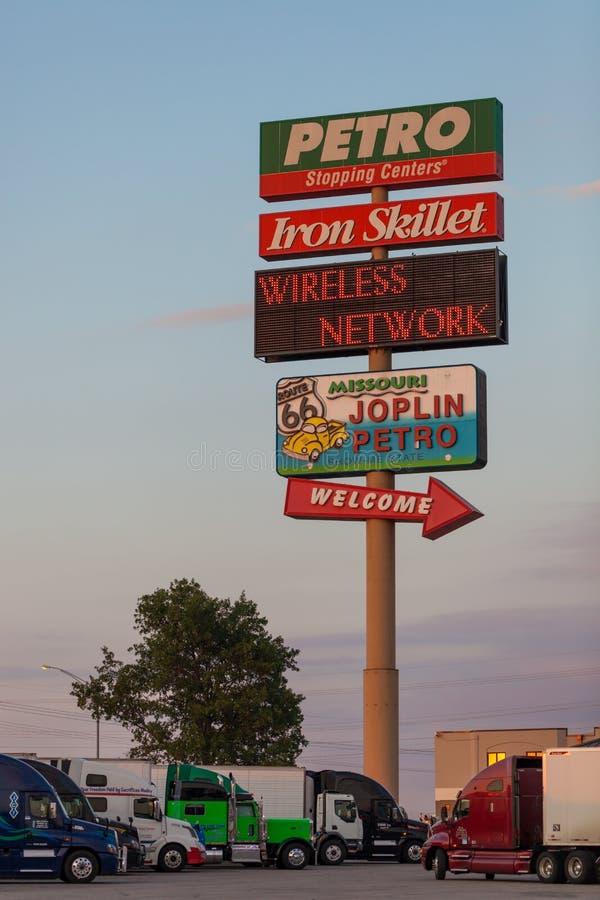 JOPLIN, MISSOURI - JULIO, 8 2018 - truckstop de Joplin 44 Petro con imagen de archivo libre de regalías