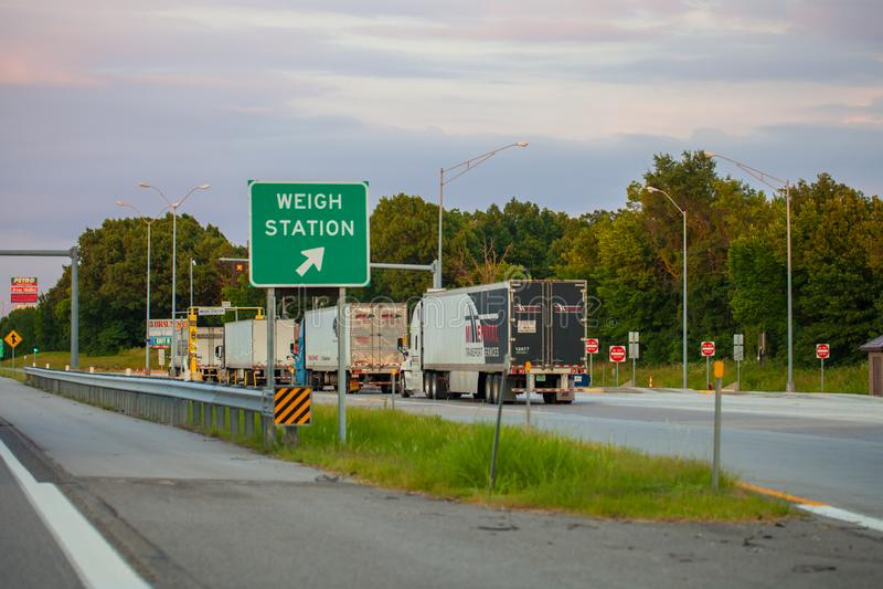 JOPLIN MISSOURI, USA - väg stationstestpunktet på mellanstatligt I royaltyfri fotografi