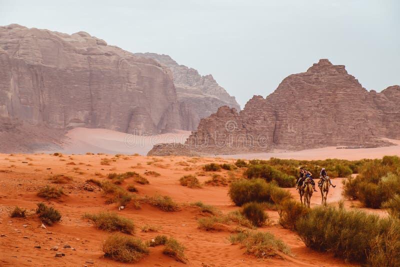 jordão Em maio de 2018 As montanhas vermelhas da garganta de Wadi Rum abandonam em Jordânia fotografia de stock royalty free