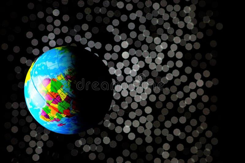 Jord-bebodd planet, den tredje planeten från solen av solsystemet På grund av rotationen runt om dess axel är jorden arkivfoto
