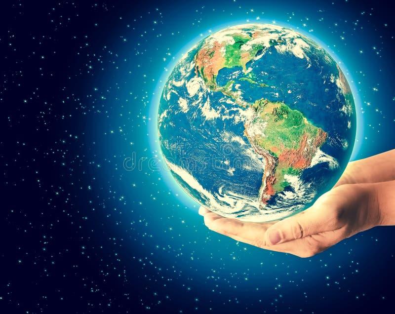 Jord från utrymme i händer, jordklot i det bästa internetbegreppet för händer av den globala affären från begreppsserie Beståndsd stock illustrationer