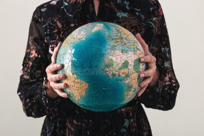 Jord på natten rymde i mänskliga händer brown räknad dagjord som miljölövverk går den gående gröna treen för text för slogan för  arkivbild