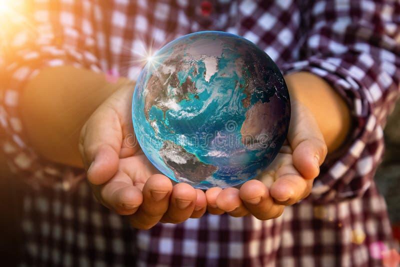 Jord p? natten rymde i m?nskliga h?nder Dag för världsmiljö och grön jord Energi - sparande miljönaturvård arkivbild
