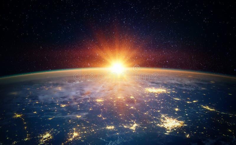 Jord, sol, stjärna och galax Soluppgång över planetjord, sikt för royaltyfria foton