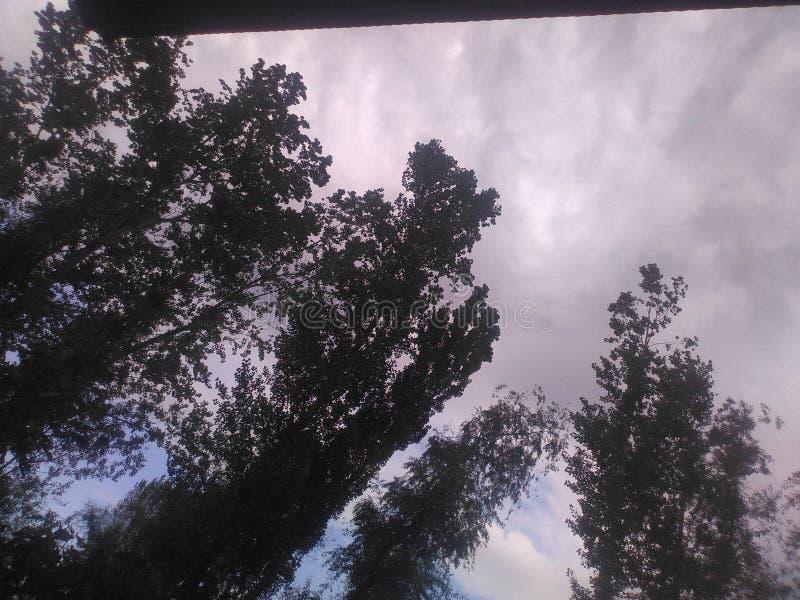 Jord under moln arkivbilder