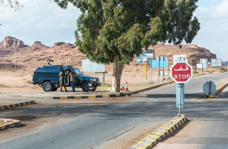 Jordańska policja wojskowa chroni wejście wadiego rumu pustynia blisko Aqaba miasta w Jordania zdjęcia stock