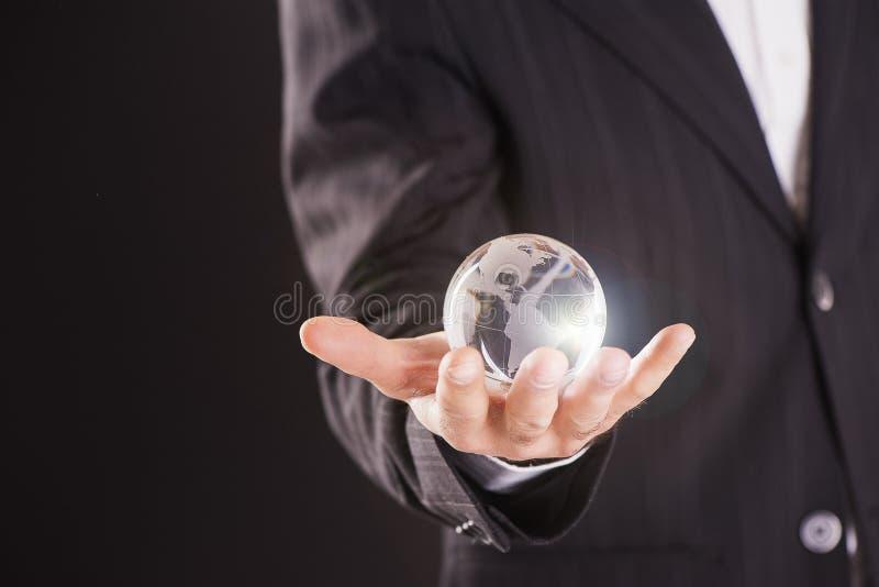 jorda en kontakt glödande händer för jordklotet hans holding fotografering för bildbyråer