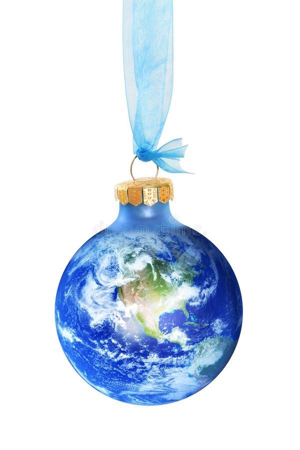 Jorda en kontakt jordklotet som en julstruntsak på vit fotografering för bildbyråer