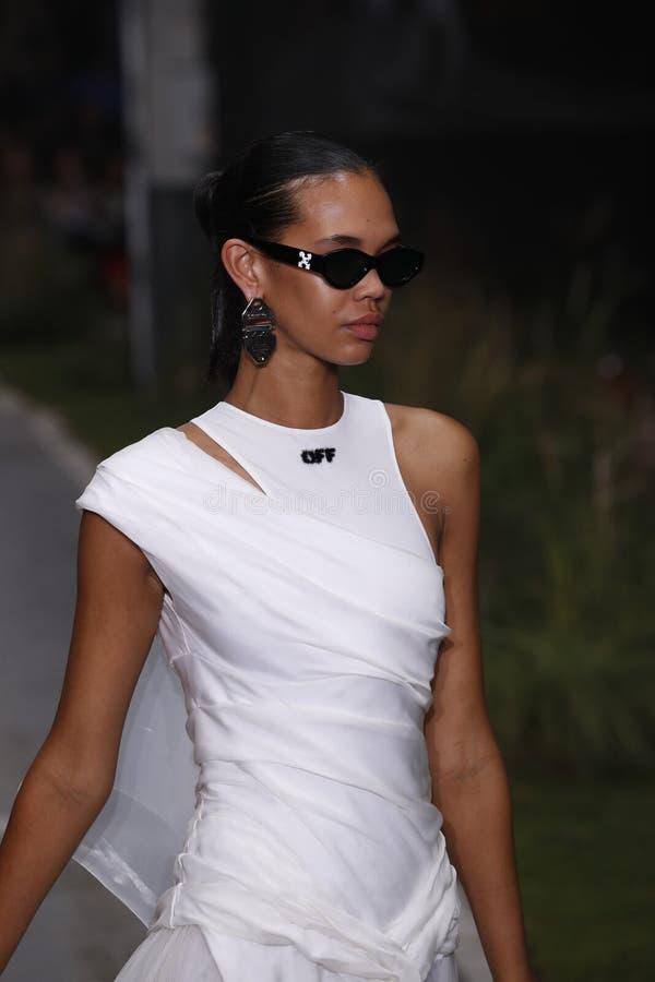 Jordan Daniels geht die Rollbahn während der elfenbeinfarbenen Show als Teil Paris-Mode-Woche Womenswear-Frühlinges/Sommers 2019 lizenzfreie stockfotografie