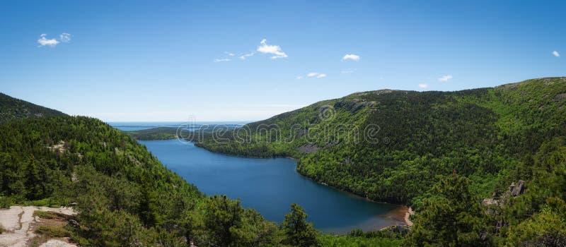 Jordan Pond negligencia o panorama no parque nacional do Acadia foto de stock