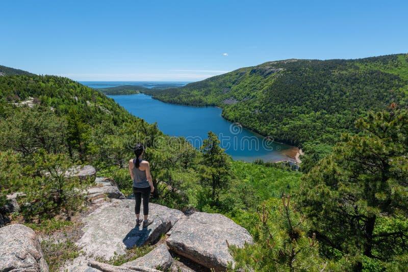 Jordan Pond negligencia o panorama no parque nacional do Acadia imagens de stock royalty free