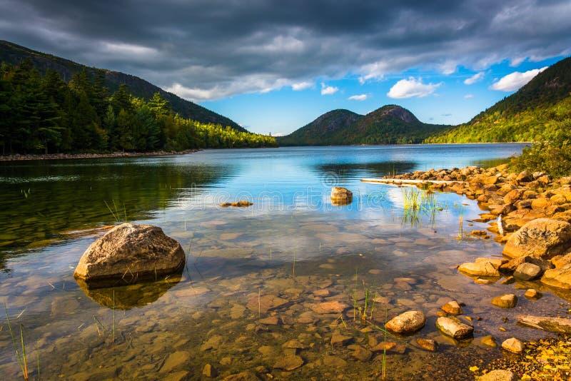 Jordan Pond und Ansicht der Blasen im Acadia-Nationalpark, MAI lizenzfreie stockfotos
