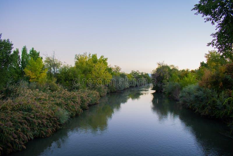 Jordan River dans la lumière de matin image stock