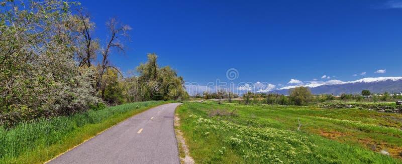 Jordan River Parkway Trail, s?quoia Trailhead encadrant la tra?n?e de route express de legs, les vues de panorama avec les arbres photos libres de droits
