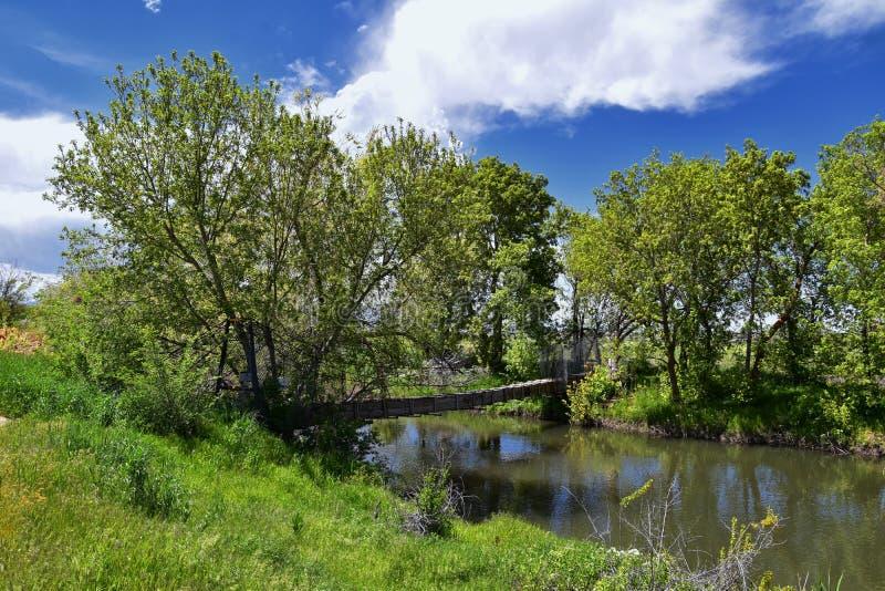 Jordan River Parkway Trail, s?quoia Trailhead encadrant la tra?n?e de route express de legs, les vues de panorama avec les arbres photographie stock