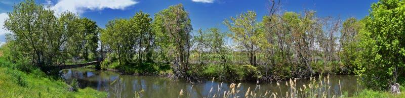 Jordan River Parkway Trail, s?quoia Trailhead encadrant la tra?n?e de route express de legs, les vues de panorama avec les arbres image stock