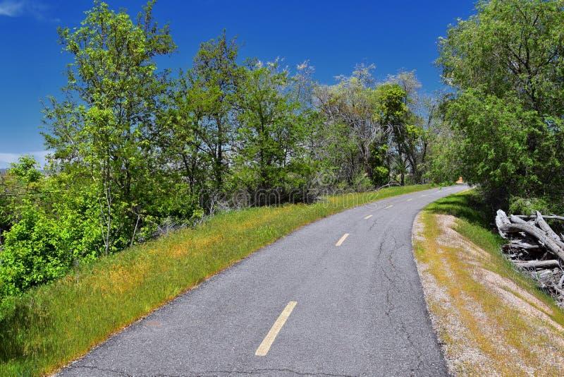 Jordan River Parkway Trail, s?quoia Trailhead encadrant la tra?n?e de route express de legs, les vues de panorama avec les arbres photographie stock libre de droits