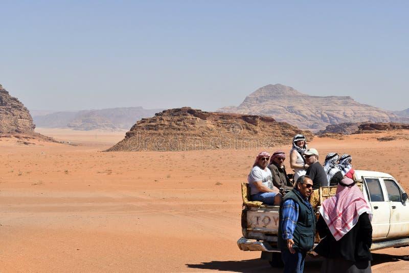 Jordanië, die in Wadi Rum onderzoeken stock foto