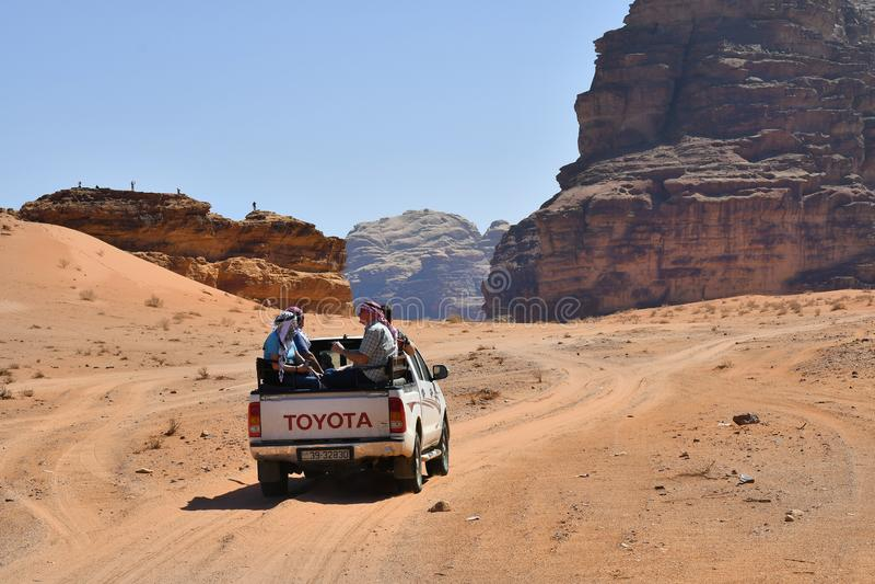 Jordanië, die in Wadi Rum onderzoeken royalty-vrije stock afbeelding