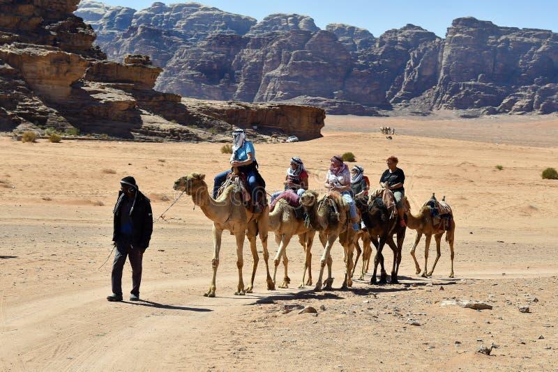 Jordanië, kameelrit in Wadi Rum royalty-vrije stock foto's