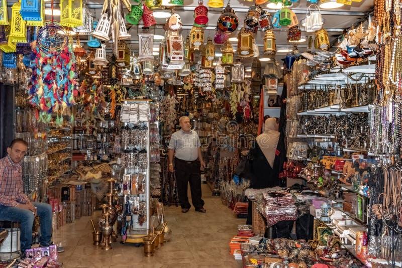 Jordania, Amman 19-09-2017 Opinión el interior y la gente de un colmado en una calle que hace compras ocupada en Amman Jordania fotos de archivo libres de regalías