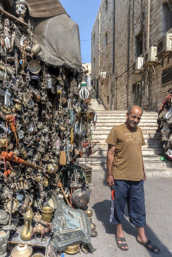Jordania, Amman 19-09-2017 Widok targowy kram w ruchliwej ulicie w Amman, na pogodnym gorącym dniu Tysiące metali przedmiotów zro zdjęcia stock