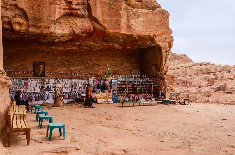Jordania, Petra, prezenta sklep blisko królewskich grobowów zdjęcia royalty free