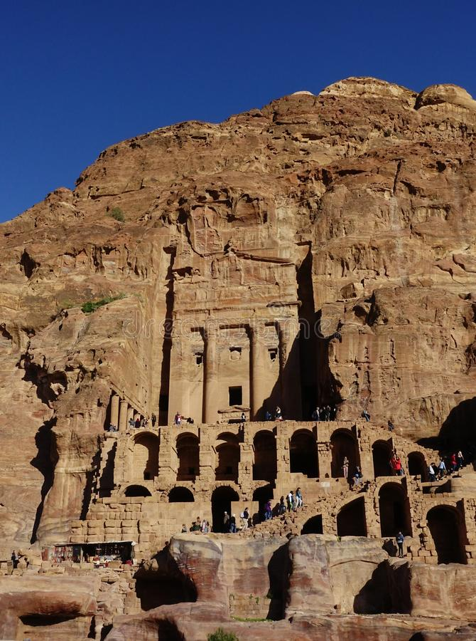 Jordania, Petra - Styczeń 4, 2019: Grobowiec łzawica w zespole Królewscy grobowowie na słonecznym dniu obraz stock