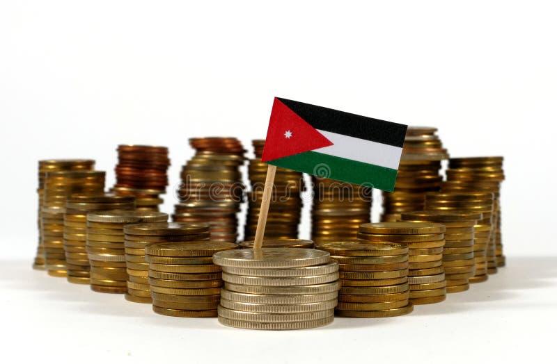 Jordanien-Flagge mit Stapel Geldmünzen stockfotografie