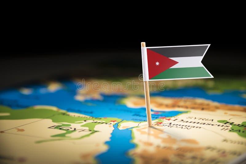 Jordanien markerade med en flagga på översikten royaltyfri foto