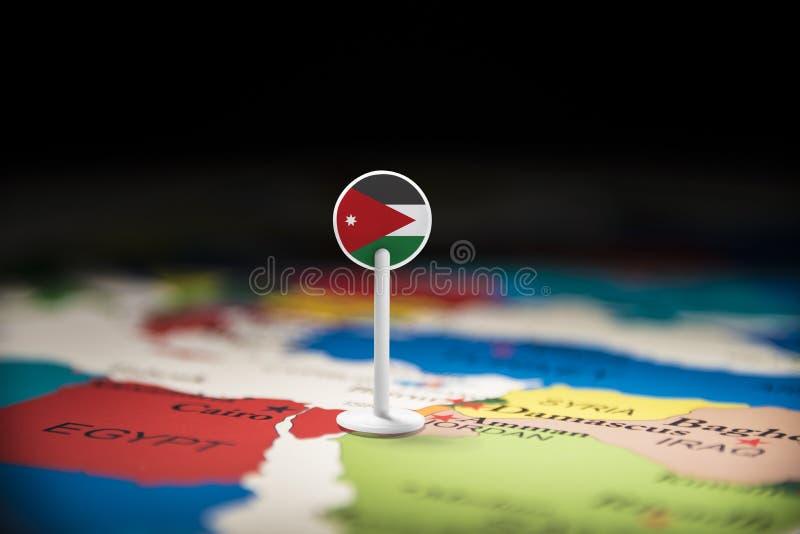 Jordanien markerade med en flagga på översikten fotografering för bildbyråer