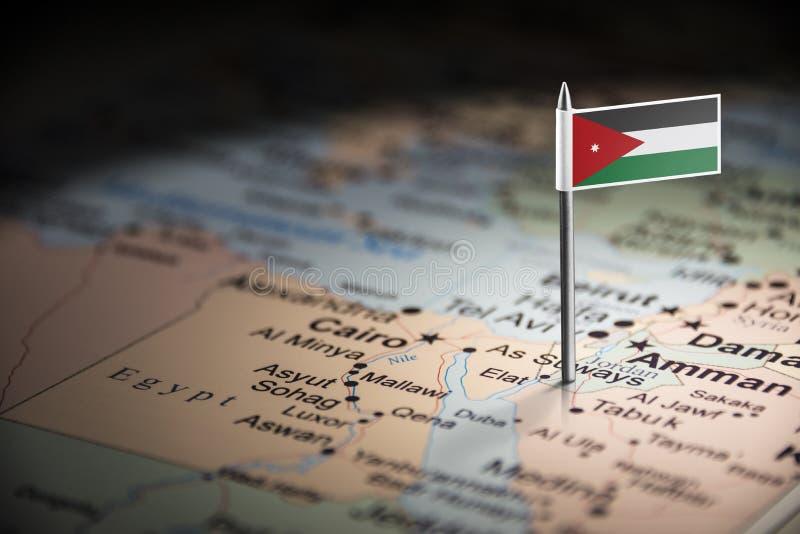Jordanien markierte mit einer Flagge auf der Karte lizenzfreie stockfotografie