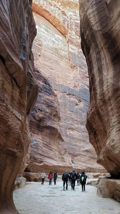 Jordanien, PETRA - 4. Januar 2019 Siq-Schlucht führt zu die alte Hauptstadt des Nabateans stockfotografie