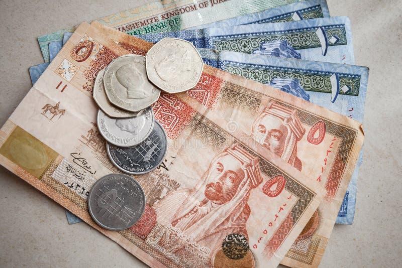 Jordanska dinar och piastres på grå färgpapper royaltyfria foton