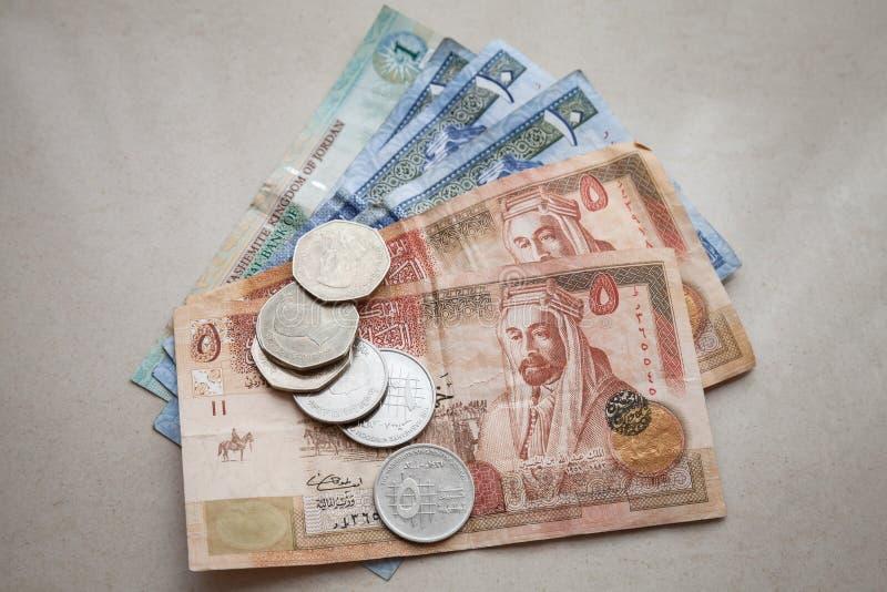 Jordanska dinar och piastresmynt arkivfoton