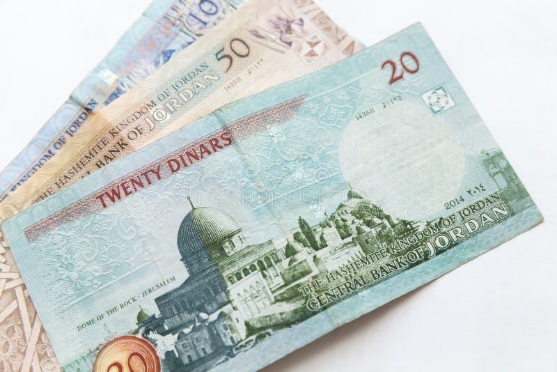 Jordanska dinar, sedlar lägger på vit arkivbild
