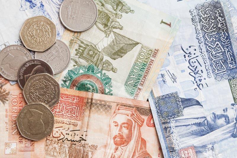 Jordanska dinar sedlar och piastres arkivfoton