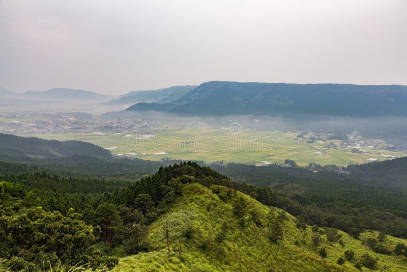 Jordbruk och Mount Aso vulkan i Kumamoto, Japan arkivfoton