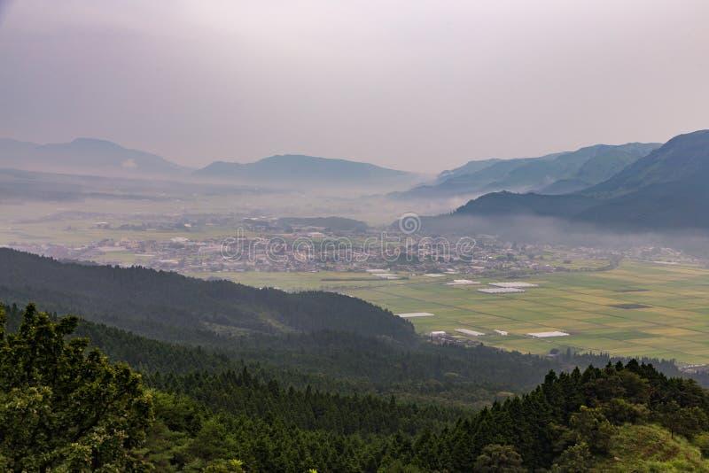 Jordbruk och Mount Aso vulkan i Kumamoto, Japan arkivbild