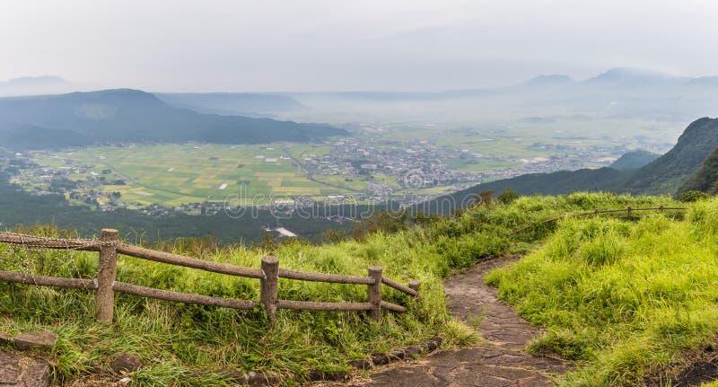 Jordbruk och Mount Aso vulkan i Kumamoto, Japan royaltyfri bild