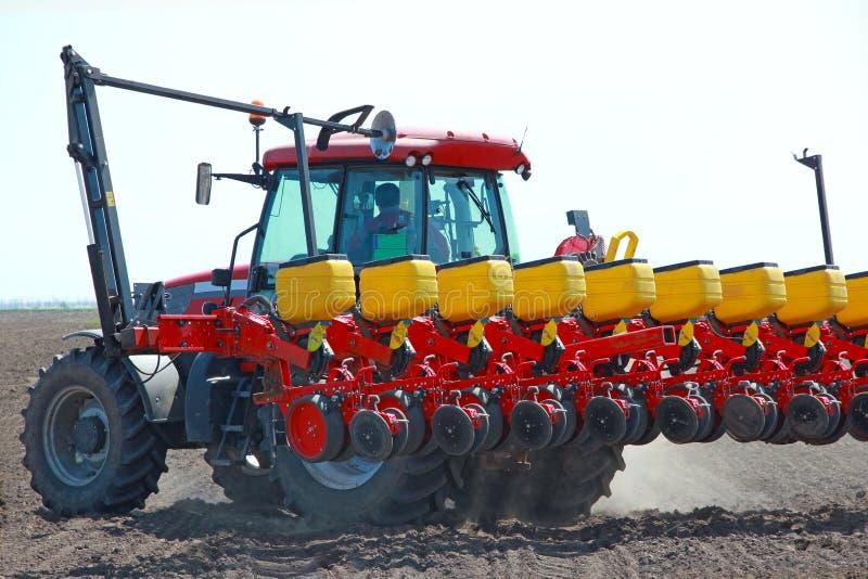 Jordbruks- maskineri som sår royaltyfria bilder