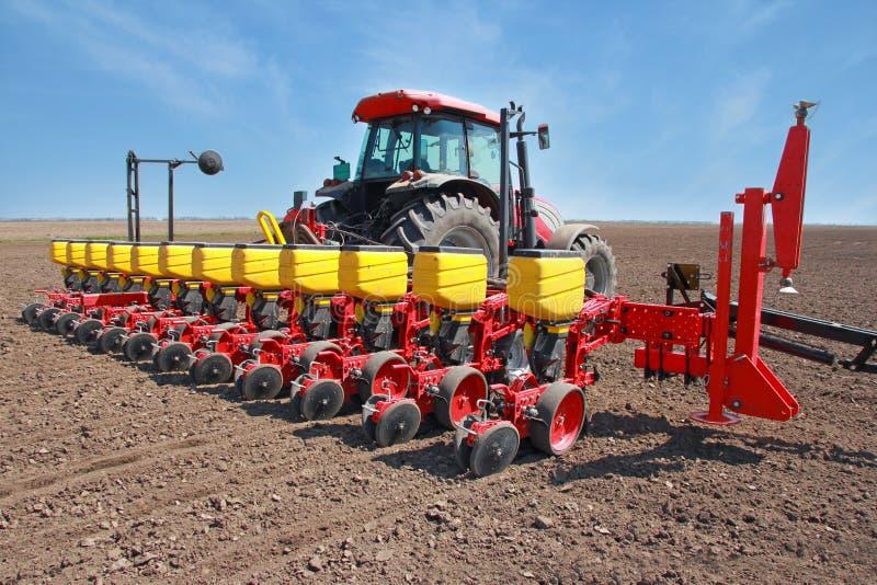 Jordbruks- maskineri som sår royaltyfri foto