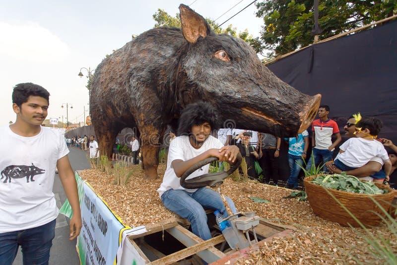 Jordbruks- plattform med ett diagram av en vildsvin som kör på gatan under den traditionella Goa karnevalet fotografering för bildbyråer