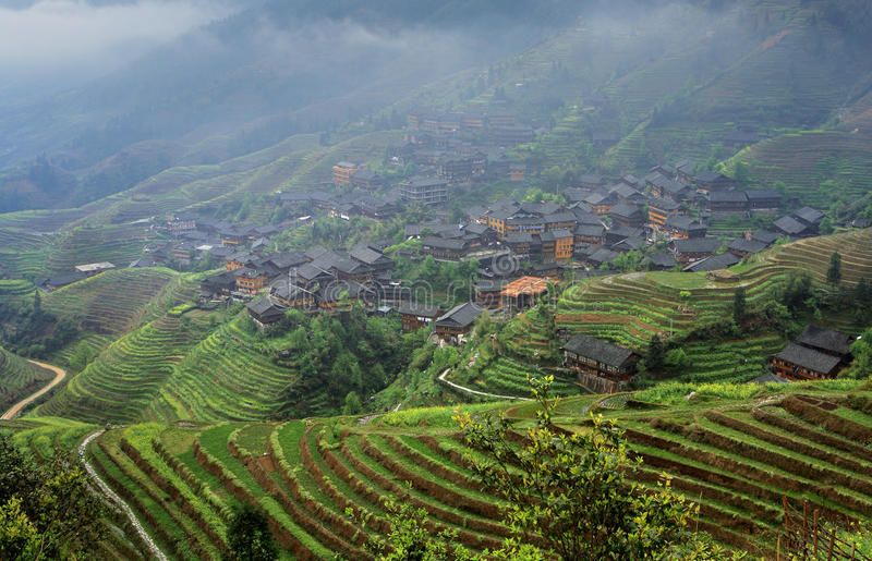 Jordbruks- vårlandskap med bergbyn, East Asia, royaltyfria foton