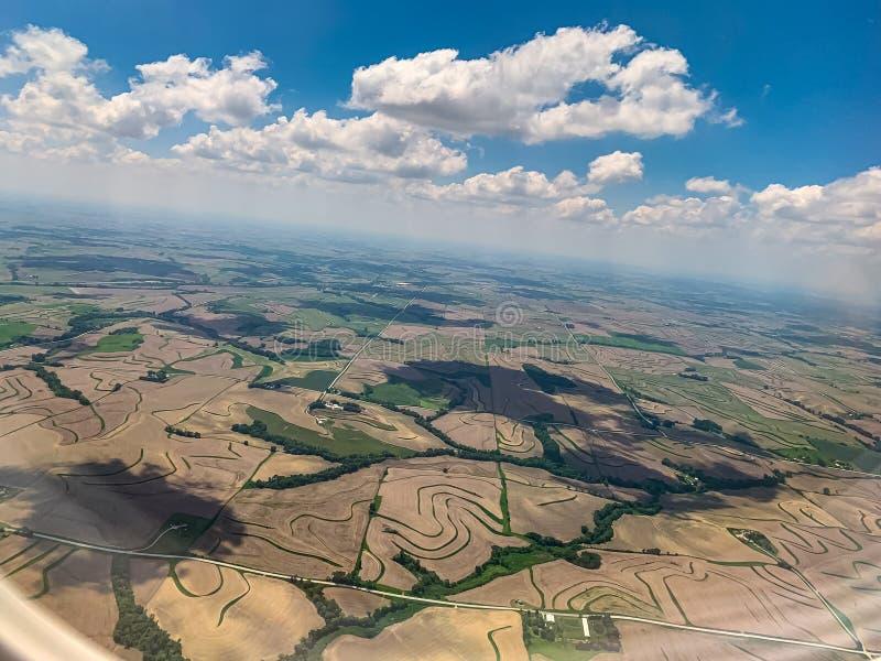 Jordbruksmarker för flyg- sikt med blå himmel i midwesten fotografering för bildbyråer