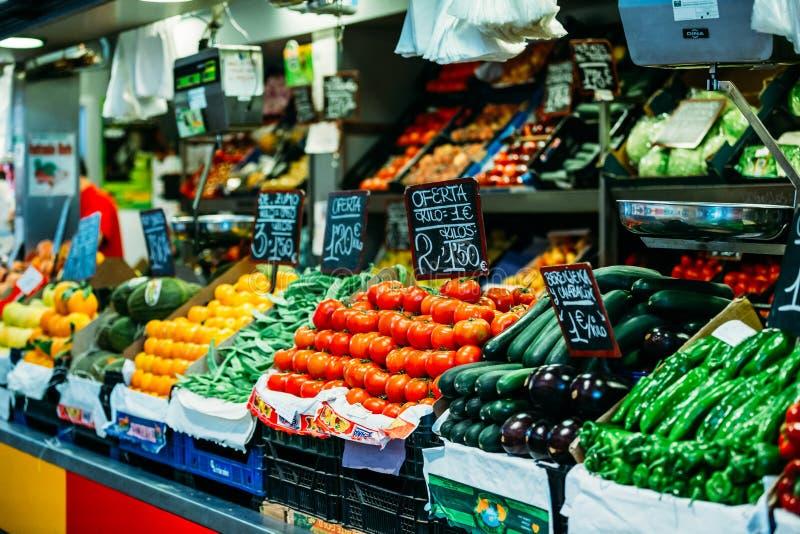 Jordbruksprodukter av lokala bönder i livsmedelsbutiken marknadsför royaltyfria bilder