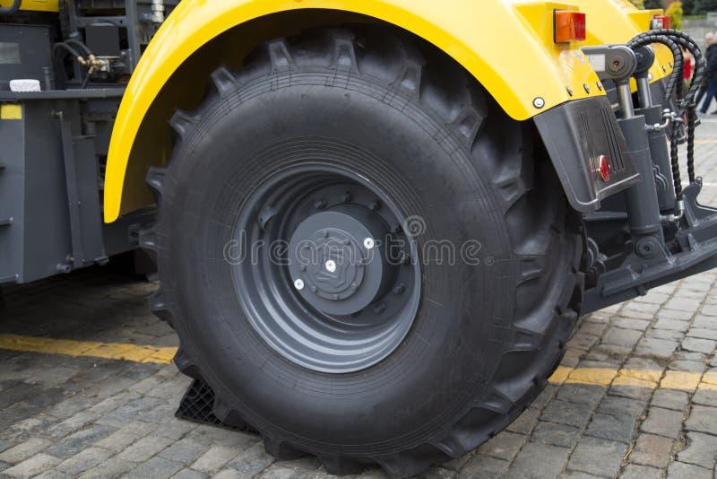 Jordbrukstraktor med hjul, stor gummi Verkstadsindustri, jordbruk royaltyfri fotografi