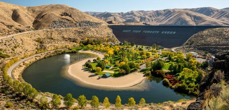 Jordfördämningen på Boise River i Idaho med parkerar i nedgången royaltyfri fotografi