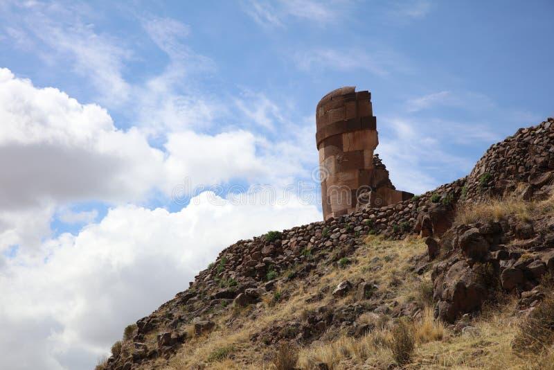 Jordf?stningtorn Chullpas p? den archaelogical platsen av Sillustani Puno region peru arkivbilder
