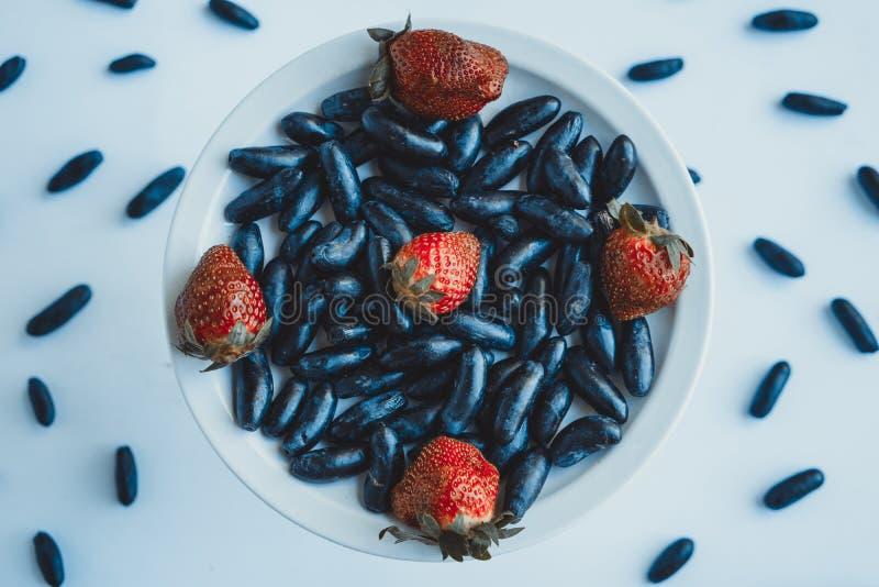 Jordgubbar och druvor för frukost! arkivfoton